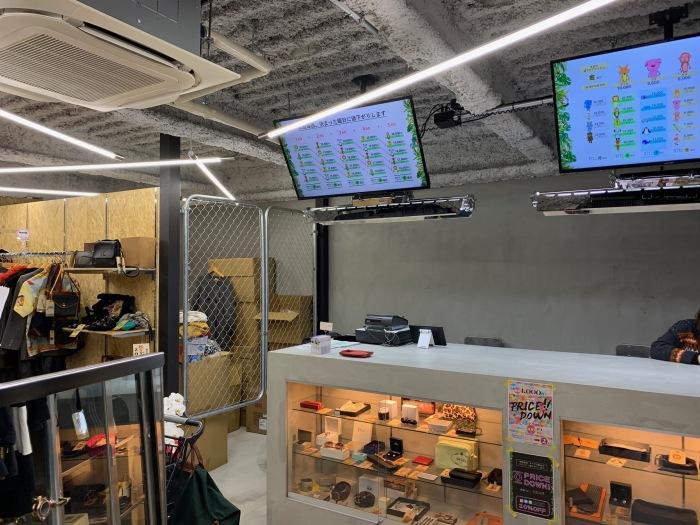 インダストリアルな店舗デザイン 天吊り蛍光灯